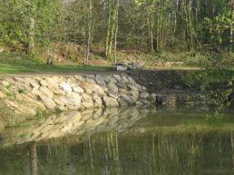 enrochement d'un étang en charente
